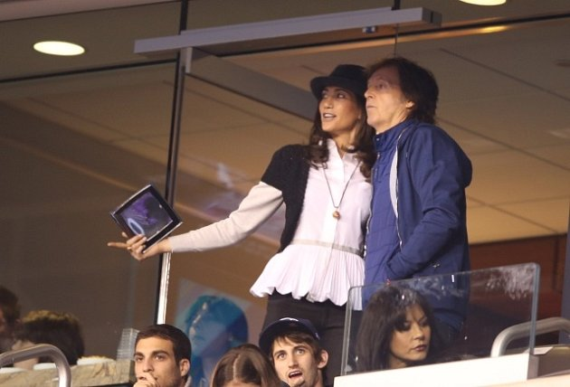 Sir Paul McCartney a Nancy Shevellová na Super Bowlu.