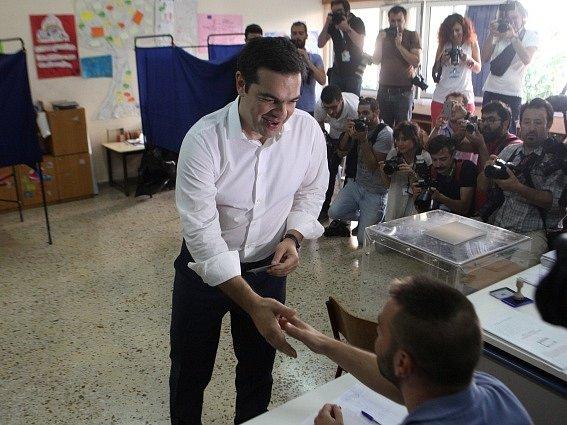 Řecký premiér Tsipras při hlasování.