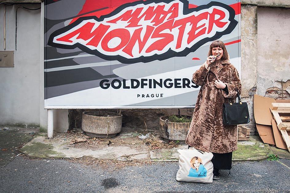 Jelikož v mém šatníku neexistuje moc sportovních outfitů, vyrazila jsem si do holešovického Monster Gymu ve svém městském civilu. MMA nadšenci dost koukali…