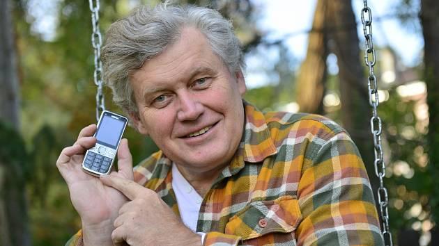 Miroslav Hanuš stále používá letitý mobilní telefon