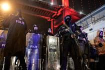 Nejméně 39 mrtvých a 69 raněných si podle dosavadních oficiálních informací vyžádal noční útok na istanbulskou diskotéku Reina, kde stovky lidí zrovna slavily příchod nového roku.