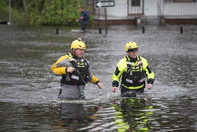 Severní Karolína čelí masivním záplavám.