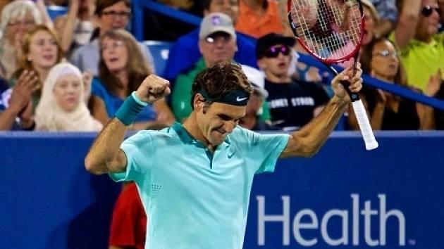 Roger Federer se raduje z čtvrtfinálového vítězství na turnaji v Cincinnati.