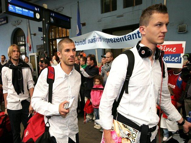 Čeští fotbalisté při odjezdu vlakem na Euro.