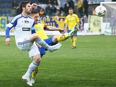 Fotbalisté Zlína (ve žlutém) proti Znojmu.
