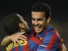 Pedro Rodriguez z Barcelony (vpravo) slaví se svým spoluhráčem Danielem Alvesem gól v Lize mistrů proti Interu Milán.