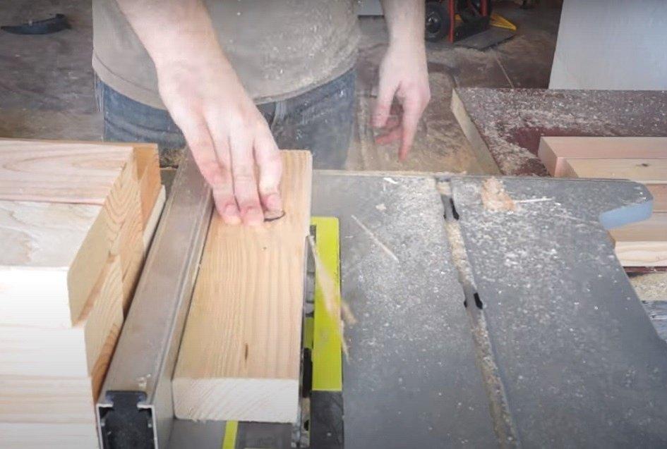 Nařežte si, popřípadě i ohoblujte dřevěné součásti, z nichž budete lavičku sestavovat. Jde o delší a kratší díly nohou lavice a delší a kratší díly budoucí sedací plochy.