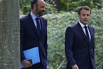Francouzský prezident Emmanuel Macron (vpravo) a premiér Edouard Philippe