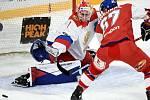 Hokejové utkání turnaje Karjala v Helsinkách, ruský brankář Jaroslav Askarov a Jiří Smejkal z ČR.