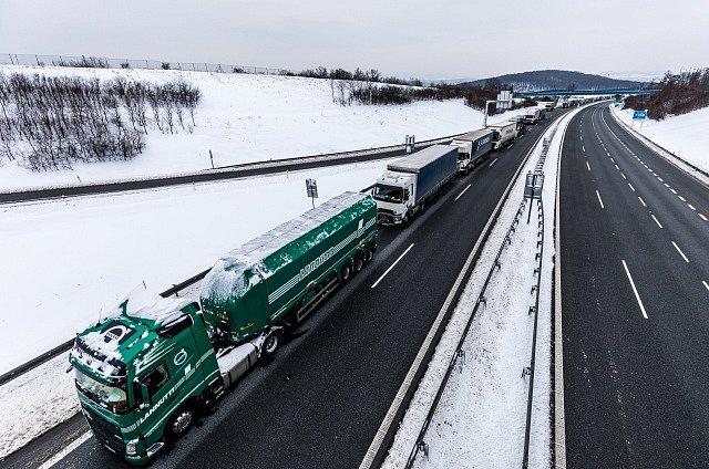Kalamita na dálnici D8 kvůli sněžení a zavřeným tunelům.