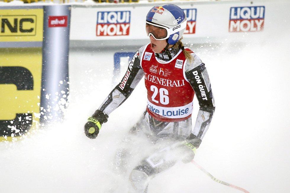 Česká lyžařka Ester Ledecká v cíli sjezdu v závodě Světového poháru v kanadském Lake Louis.