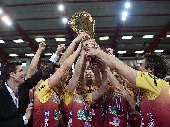 Volejbalisté Liberce s trofejí pro mistry volejbalové extraligy