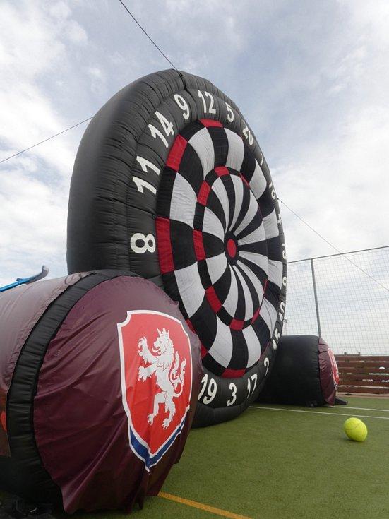 Můj fotbal živě:  Dolní Břežany  -  Zlatníky. Nafukovací fotbalové šipky.