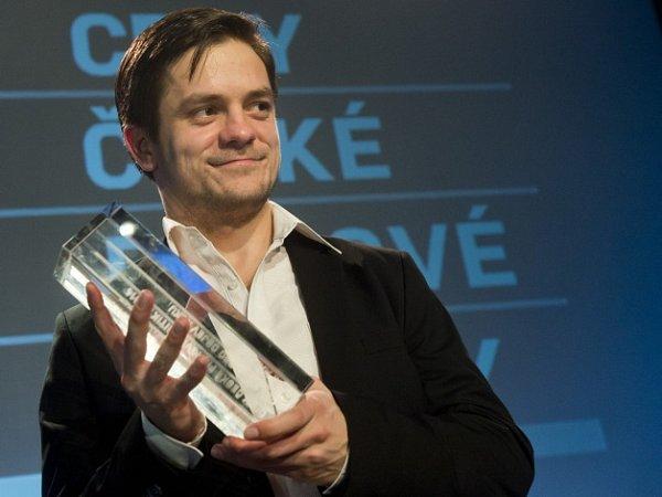 Cenu RWE pro objev roku získal Jiří Mádl coby debutující režisér a scénárista za film Pojedeme kmoři.