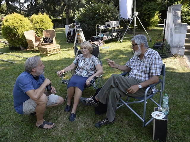 Herci Jiří Bartoška, Eliška Balzerová a režisér Radek Bajgar (vlevo) natáčeli 31. srpna v Černošicích českou komedii s názvem Teorie tygra.