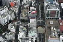 Na rušné třídě jednoho z největších japonských měst Fukuoky se dnes ráno (v pondělí večer SEČ) propadla zem a vznikl velký kráter.