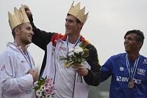 Kanoista Martin Fuksa (vlevo) vybojoval na MS v Račicích stříbro, nestačil jen na Sebastiana Brendela (uprostřed). Třetí skončil Isaquias Queiroz dos Santos.