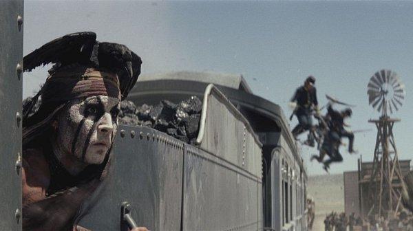 Fanoušky výtvarné podívané říznuté svérázným humorem nejspíš potěší Osamělý jezdec, jímž je ve stejnojmenném filmu Armie Hammer, kterému sekunduje Johnny Depp vroli indiánského bojovníka.