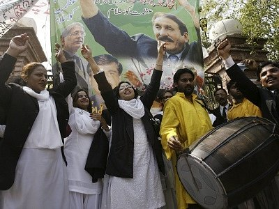 Příznivci opozice oslavují zprávu, že pákistánská vláda znovu jmenovala nejvyšším soudcem Iftikhara Čaudhrího.