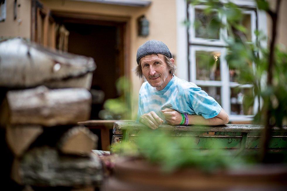 Herec Vladimír Javorský při fotografování pro Deník 6. srpna v Praze.