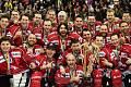 Hokejový Spenglerův pohár v Davosu, finále HC Oceláři Třinec - Kanada. Hráči Kanady s pohárem pro vítěze.