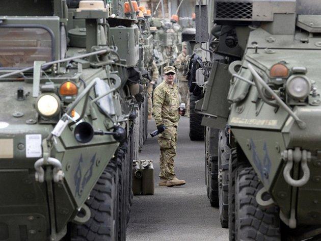 Vozidla konvoje americké armády.