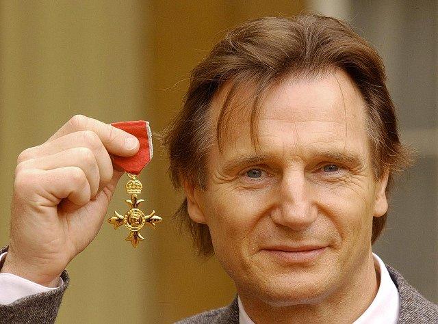 Britský herec Liam Neeson předvádí novinářům Řád britského impéria, který mu byl udělen 29. října v Londýně. Neeson, který se proslavil zejména rolí Oskara Schindlera ve filmu Schindlerův seznam.