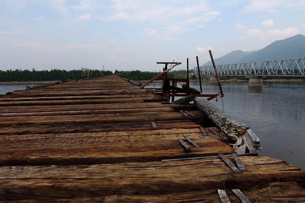 Most přes sibiřskou řeku Vitim (Rusko)
