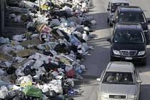 Předměstí italské Neapole se topí v haldách odpadků.
