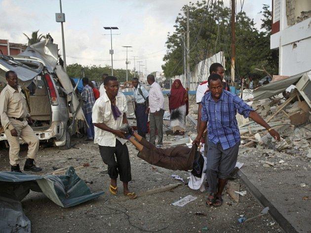 Nejméně 12 lidí zemřelo při dnešním ranním útoku islamistů na velký hotel Sahafi v centru somálského hlavního města Mogadiša.
