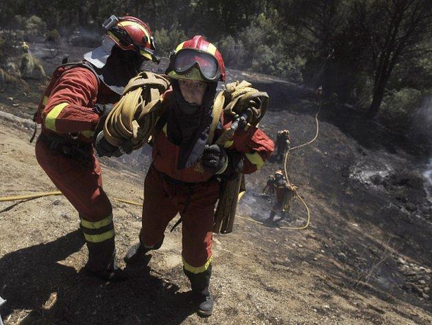 Hasiči ve Španělsku bojují s nejméně třemi rozsáhlými požáry. Ke vzniku požárů přispívá neobvykle horké počasí. Květnové teploty dosahují rekordních výšek, které jsou obvyklé spíše pro polovinu léta.