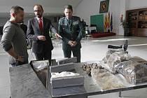 Španělská policie zadržela tři tuny kokainu na severozápadě země a zatkla 12 lidí podezřelých z obchodu s drogami.