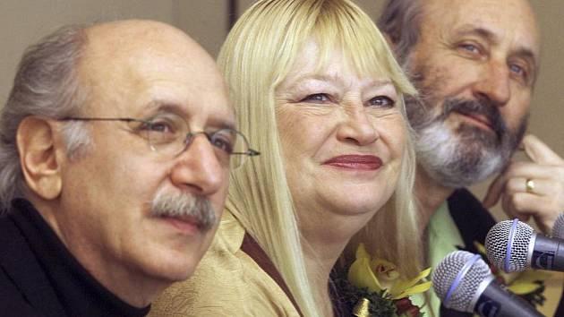 """Americká folková skupina """"Peter, Paul & Mary"""" v Hong Kongu v roce 2001."""
