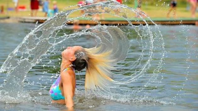 Dívka na přírodním koupališti. Ilustrační foto.