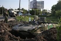 Ve Slavjansku na východě Ukrajiny v noci z 16. května na 17. kvatně  svedla vládní Národní garda boj s proruskými separatisty.