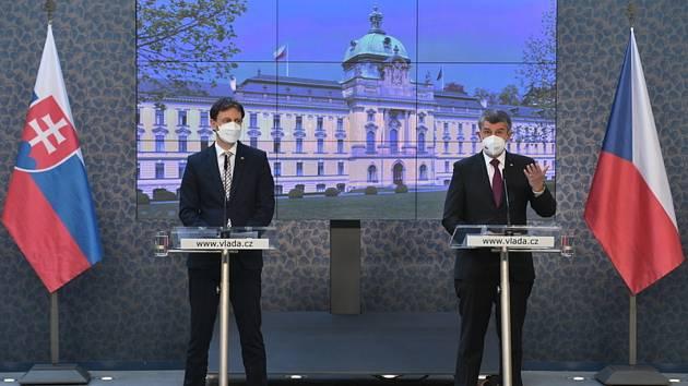 Premiér Andrej Babiš (vpravo) vystoupil 15. dubna 2021 v Praze na tiskové konferenci po jednání s předsedou slovenské vlády Eduardem Hegerem (vlevo).