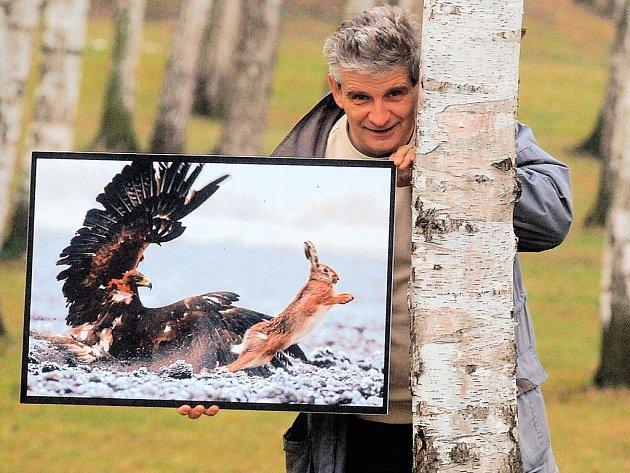 Plzeňský fotograf Jaroslav Vogeltanz ukazuje svůj snímek s názvem Setina mezi životem a smrtí, s nímž vyhrál soutěž National Geographic Photography Contest  2007 v kategorii Zvířata