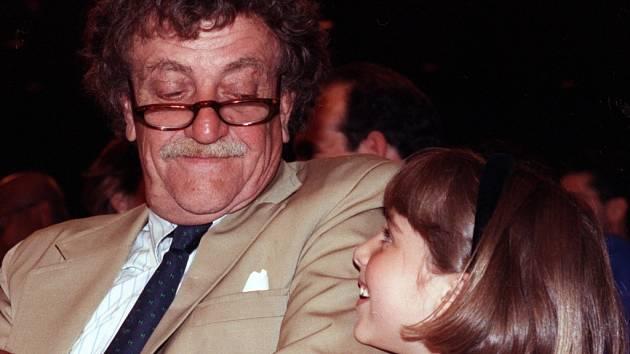 Kurt Vonnegut (1922–2007). Americký spisovatel, autor románů Jatka č. 5, Kolíbka, Sirény z Titanu či Snídaně šampionů, byl velmi oblíben a čten i v České republice.