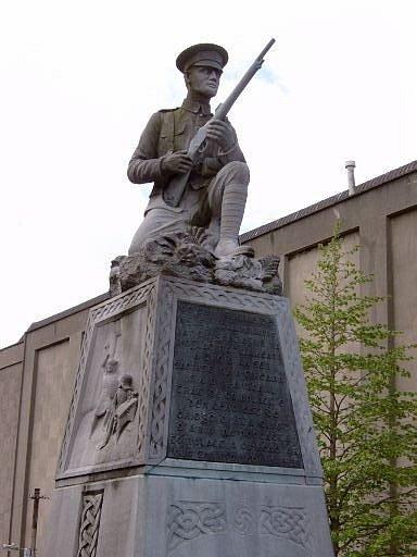 Socha irského dobrovolníka od sochaře Lea Broea na památníku Irské války za nezávislost v Dublinu