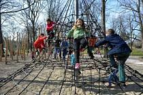 Děti na lanovém hřišti - ilustrační foto