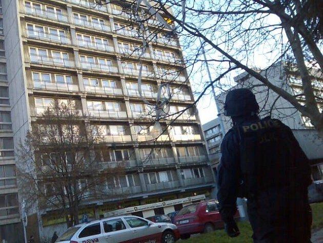 V AKCI. Do pátrání po zmizelém Františku Procházkovi se včera ve Slévačské ulici zapojili řadoví policisté, muži z jednotky rychlého nasazení a pyrotechnici.
