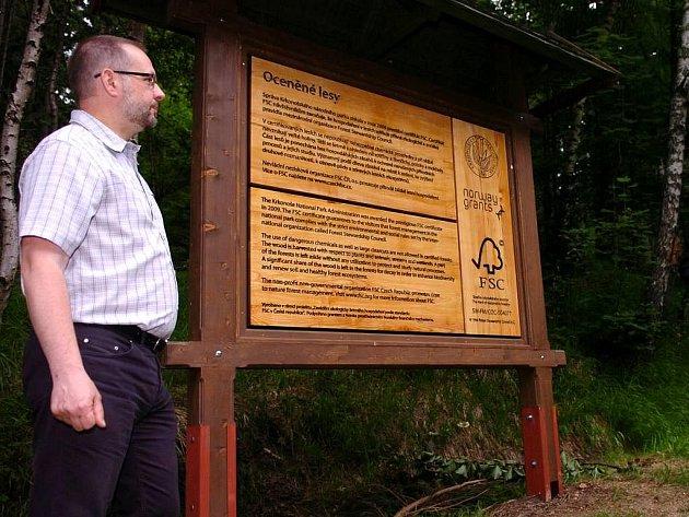 Certifikát FSC potvrzující ekologické hospodaření v lesích převzal včera na Hříběcích Boudách ředitel Správy Krkonošského národního parku Jan Hřebačka z rukou ministra životního prostředí Mika a zástupce občanského sdružení FSC Rezka.