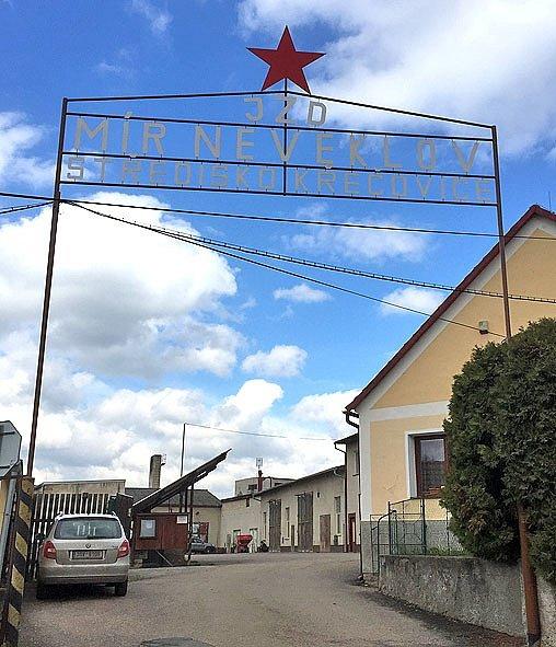Vesničko má, středisková. JZD s věčnou červenou hvězdou ve střediskové vesnici Křečovice.