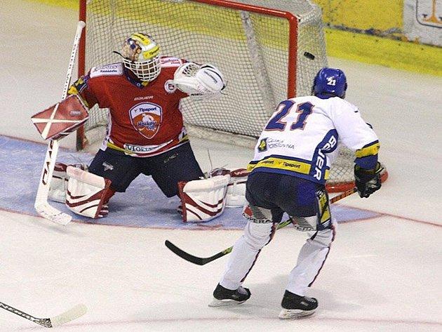 Hokejisté Kladna překonali gólmana Pardubic Dominika Haška hned třikrát.