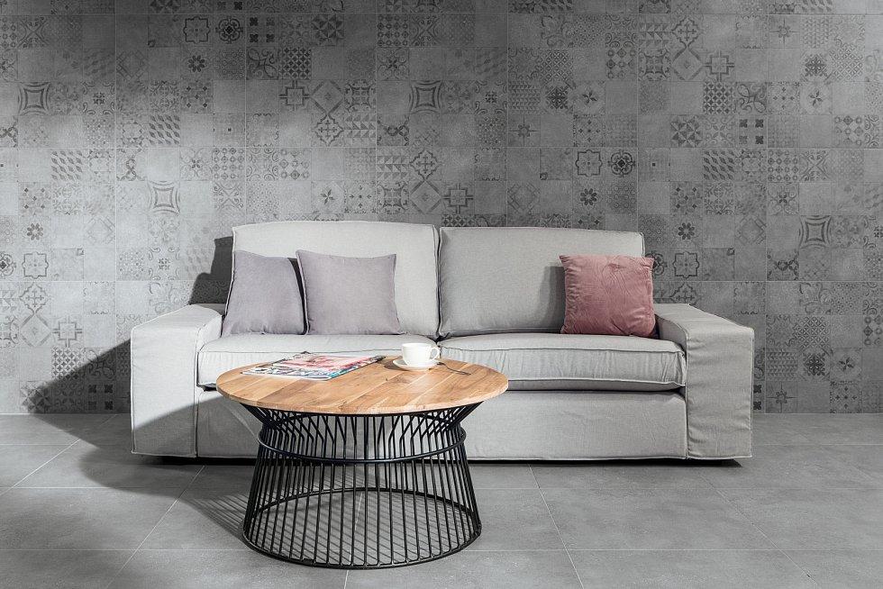 Imitaci betonu navozují glazované dlaždice z loňské kolekce RAKO. Industriální charakter série zjemňuje celoplošný dekor s patchworkovými motivy, a to jak na dlaždicích, tak na obkládačkách.