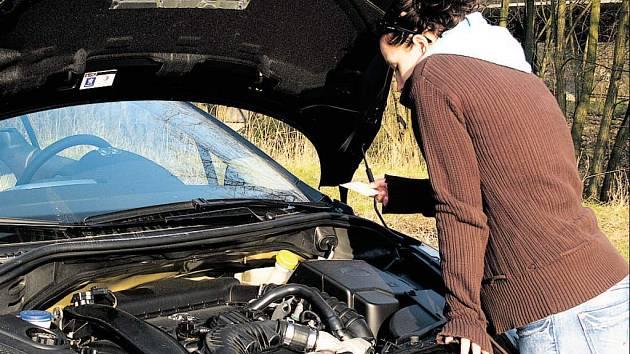 Žena si prohlíží moto auta.