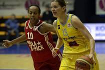 Eva Vítečková z USK Praha (vpravo) a Farhiya Abdiová z Wisly Krakov.