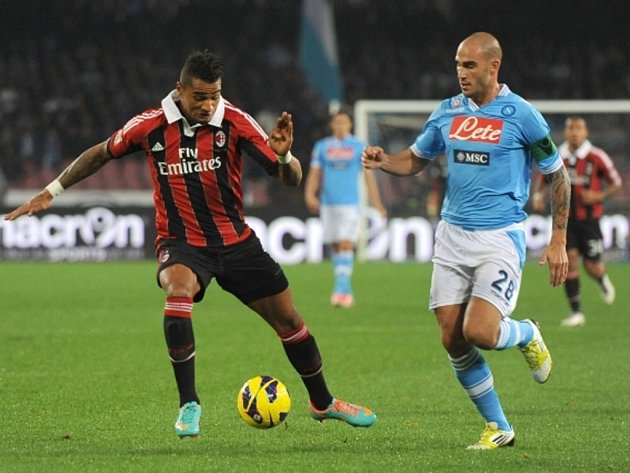 Paolo Cannavaro z Neapole (vpravo) a Kevin Prince Boateng z AC Milán.