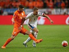 Michal Kadlec (vpravo) a Klaas-Jan Huntelaar z Nizozemska.