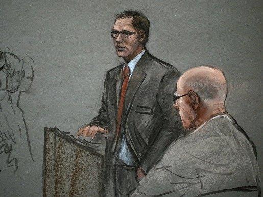 Na obrázku ze soudní síně je zachycen James Bulger (sedící vpravo) a jeho advokát Hank Brennan.